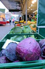Gemüsestand mit frischem Rotkohl auf dem Wochenmarkt in der Wedeler Landstraße in Hamburg Rissen.