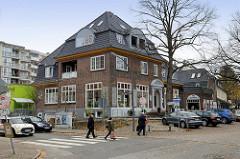 Backsteingebäude, errichtet um 1900 in der  Wedeler Landstraße in Hamburg Rissen;  erbaut als Gastwirtschaft Rissener Hof - ab den 1970er Jahren Verwendung  als Diskothek, die 1999 geschlossen wurde. Jetzt Nutzung als Wohnhaus / Geschäftshaus.