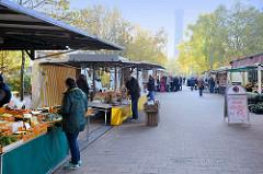 Marktstände  Wochenmarkt auf dem Marktplatz in Hamburg Rothenburgsort, im Hintergrund der historische Wasserturm - dem Wahrzeichen des Stadtteils.