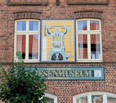 Fassade vom ersten deutschen Kachelmuseum in Boizenburg - Kachelbild einer Friktions-Fliesenpresse an der Fassade des Gebäudes in der Reichenstraße.