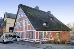 Historisches Fachwerkgebäude mit Reetdach am Auedeich in Hamburg Finkenwerder; das ehemalige Fischerhaus wurde um 1817 erbaut und steht als Kulturdenkmal  unter Denkmalschutz.