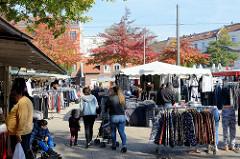 Marktstände auf dem Wochenmarkt in Hamburg Wilhelmsburg / Stübenplatz.