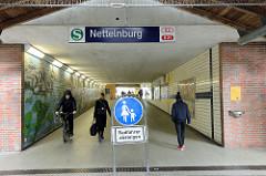 Bahnunterführung / Fussgängerunterführung am der S-Bahnhaltestelle Nettelnburg in Hamburg Neuallermöhe.