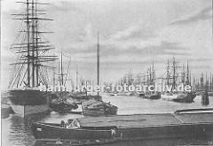 Hamburgensie aus dem Hamburger Hafen - Segelschiffhafen.  Blick vom Segelschiffkai in den Segelschiffhafen,  ca. 1890; links der Amerikakai und rechts der Asiakai. Kähne haben längsseits an den Frachtschiffen fest gemacht.