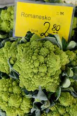 Gemüsestand  auf dem Wochenmarkt Sand im Hamburger Stadtteil Harburg; die Kohlsorte Romanesko wird zum Verkauf angeboten.