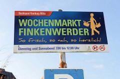 Hinweisschild vom Bezirksamt Hamburg-Mitte auf den  Wochenmarkt in Hamburg Finkenwerder, Finksweg.