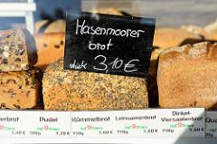 BioStand mit frischem Brot auf dem Wochenmarkt am Quarree im Hamburger Stadtteil Wandsbek; u.a. werden Hasenmoorerbrot, Leinsamenbrot und Dinkel-Viersaatenbrot angeboten.