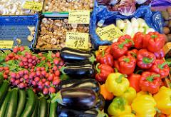 Marktstand mit Obst und Gemüse auf dem Wochenmarkt in der Großen Bergstraße, Stadtteil Hamburg Altona / Altstadt;  unter anderem liegen Auberginen und Pilze - deutsche Shitake - in Kisten in der Auslage.-