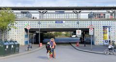 Blick zum Bahnhof, Haltestelle der S-Bahn Allermöhe im Hamburger Stadtteil Neuallermöhe; die Station wurde 1999 eröffnet.