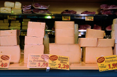 Marktstand mit Schinken und Käse auf dem Hamburger Wochenmarkt in Farmsen-Berne, Berner Heerweg.