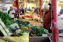 Gemüsestand mit frischem Gemüse auf dem  Wochenmarkt Bei den Höfen in Hamburg Jenfeld.