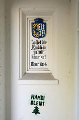 Tafel mit Bibelzitat im Eingang des  historische Schulgebäudes der Ganztagsschule Fährstraße in Hamburg Wilhelmsburg, darunter gesprüht HAMBI bleibt.