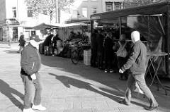Marktstände auf dem  Wochenmarkt in der Großen Bergstraße, Stadtteil Hamburg Altona / Altstadt; Schwarz-weiß Bild.