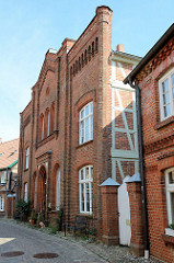 Rechts das Gebäude der ehemaligen Synagoge In Boizenburg/Elbe, kleine Wallstraße. Hier war bis 1892 der religiöser Versammlungsort der jüdischen Gemeinde. Danach wurde das historische Gebäude bis 1934 von der Freimaurerloge Vesta zu den drei Türmen g