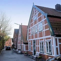 Denkmalgeschützte Fischerhäuser im Auedeich von Hamburg Finkenwerder, das Fachwerkgebäude im Vordergrund wurde 1842 errichtet.