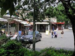 Alte Aufnahme vom Rothenburgsorter Marktplatz im Hamburger Stadtteil Rothenburgsort - Ladenzeile, Flachbauten im Baustil der 1960er Jahre; Geschäfte. ( 2004 )