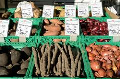 Marktstand eines Demeterhofes auf dem Wochenmarkt am Quarree im Hamburger Stadtteil Wandsbek, Bio Gemüse wie zum Beispiel Schwarzer Rettich, Schwarzwurzeln oder Sellerie liegen in Kisten zum Verkauf bereit..