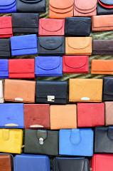 Marktstand mit Portemonnaies    auf dem  Wochenmarkt in der Großen Bergstraße, Stadtteil Hamburg Altona / Altstadt;  Geldbörsen in unterschiedlichen Farben liegen in der Auslage.