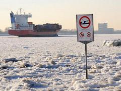 Hamburg-Fotos vom Winter - Eis auf der Elbe, Frachter.