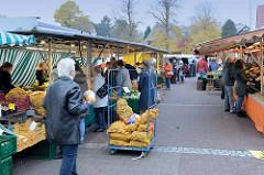 Marktstände auf dem Wochenmarkt am Moorhof im Hamburger Stadtteil Poppenbüttel.