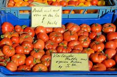 Gemüsestand auf dem Wochenmarkt Sand im Hamburger Stadtteil Harburg; frische Tomaten - Vierländer Platte aus eigenem Anbau - liegen in Kisten. Hinweisschild: Drück mich erst wenn ich dein bin! Danke