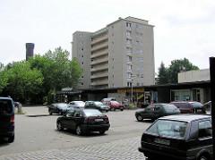 Alte Aufnahme vom Rothenburgsorter Marktplatz im Hamburger Stadtteil Rothenburgsort - Ladenzeile, Flachbauten im Baustil der 1960er Jahre;  Hochhaus und die Spitze vom historischen Wasserturm. ( 2004 )