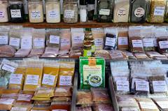 Marktstand mit Gewürzen auf dem Wochenmarkt im Hamburger Stadtteil Neugraben-Fischbek; z. B. Green Curry Paste, Fleur de Sel oder Chilisalz.