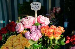 Blumenstand   auf dem Wochenmarkt in Hamburg Finkenwerder, Finksweg;  unterschiedlich farbige Rosen werden in Sträußen zum Verkauf angeboten.