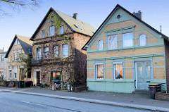Wohnhäuser / Einzelhäuser  in der Straße Finkenwerder Norderdeich im Hamburger Stadtteil  Finkenwerder.  Das rechte Gebäude wurde um 1895 errichtet und steht unter Denkmalschutz.
