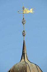 Spitze vom Laternenturm auf dem historischen Rathaus von Boizenburg/Elbe  - Wetterfahne mit der Jahreszahl 1712, dem Baujahr des Gebäudes sowie ein galoppierendes Einhorn mit der Jahreszahl 1879.