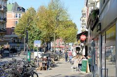 Sonniger Herbstnachmittag eines Sonntages an der Osterstraße  im Hamburger Stadtteil Eimsbüttel.  Restaurants und Cafés haben ihre Tische auf den Bürgersteig gestellt, die EimsbüttlerInnen genießen das besondere Stadtteilflair.