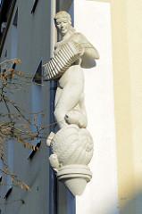 Skulptur ziehharmonikaspielende Venus mit Fischen aus der Muschel   steigend an der Hausfassade eines Wohnblocks in der Ostfrieslandstraße von Hamburg Finkenwerder