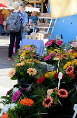 Blumenstand auf dem Wochenmarkt Sand im Hamburger Stadtteil Harburg.