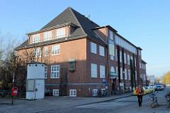 Historisches Verwaltungsgebäude mit Kupferrelief am Hafen von Hamburg Finkenwerder, jetziger Sitz der Polizei.