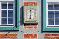 Sonnenuhr mit der Jahreszahl 1768 an der Fassade vom  historischen Rathausgebäude des Boizenburger Rathauses am Markt.