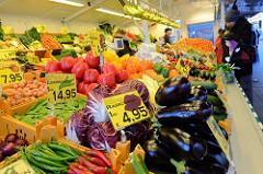 Marktstand mit Obst und Gemüse  auf dem Wochenmarkt in der Großen Bergstraße, Stadtteil Hamburg Altona / Altstadt.