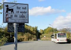Endstation / Kehre an der S-Bahn Haltestelle Hamburg Allermöhe - Schild mit Pudel an der Leine, Aufschrift hier muss ich wieder an die Leine.