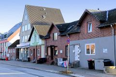 Wohn- und Geschäftshäuser im Baustil der Gründerzeit sowie Neubauten am Finkenwerder Norderdeich in Hamburg Finkenwerder.