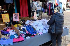 Marktstand mit Bekleidung auf dem Wochenmarkt in der Großen Bergstraße, Stadtteil Hamburg Altona / Altstadt; Unterwäsche liegt zum Verkauf bereit.