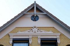 Holzgiebel mit Jahreszahl 1898, Stuckornamentik über den Fenstern; Wohnbebauung am Auedeich in Hamburg Finkenwerder;  denkmalgeschütztes Wohnhaus, erbaut um 1900.