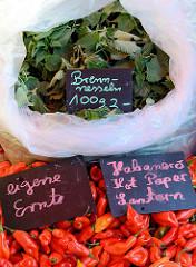 Wochenmarkt   im Hamburger Stadtteil Ottensen auf dem Spitzenplatz; Marktstand mit Brennnesseln und Haberneros / Hotpeper.  Haberneros gehören zu den schärfsten Chilis.