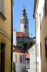 Blick durch die engen Gassen von  Krumau an der Moldau / Český Krumlov zum Schlossturm.