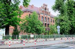 Backsteinarchitektur / Verwaltungsgebäude, Schule   Groß Strehlitz / Strzelce Opolskie; Treppengiebel mit Risalit als Eingangsportal.