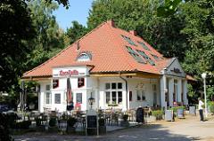 Altes Gebäude der Lesehalle an der Strandpromenade vom Ostseebad Boltenhagen; jetzige Nutzung als Café und Restaurant mit Außengastronomie.
