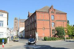 Historische Backsteinarchitektur der Pestalozzi-Oberschule in der Straße Badstaven von Wismar; das Schulgebäude steht als Baudenkmal der Stadt unter Denkmalschutz.