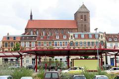 Blick über den ZOB - Busbahnhof in der Hansestadt Wismar zur Sankt Nikolaikirche;  Die Kirche wurde von 1381-1487 als Kirche der Seefahrer und Fischer erbaut. Sie gilt als Meisterwerk der Spätgotik und ist als Teil der Wismarer Altstadt seit 2002 a