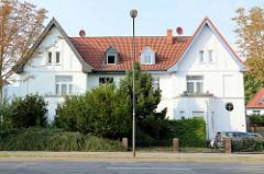 Einstöckiges Doppelhaus mit Dachausbau und Balkonerker in der Lübschen Straße von Wismar.