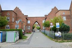 Wohnblock mit Tordurchfahrt in der Straße Am Salzhaff in Wismar -  die Wohnhäuser  stehen als Kulturdenkmal der Hansestadt unter Denkmalschutz.