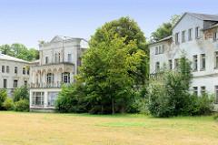 Klassizistische Promenadenvillen im Ostseebad Heiligendamm / Bad Doberan - teilweise restauriert oder schon zur Restaurierung entkernt.