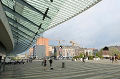 Bahnhofsvorplatz vom Bahnhof Liège-Guillemins - Entwurf Architekt Santiago Calatrava, fertig gestellt 2009. Im Hintergrund historische Gründerzeithäuser - Wohnblocks mit Ziegelfassade in der Rue Paradis.